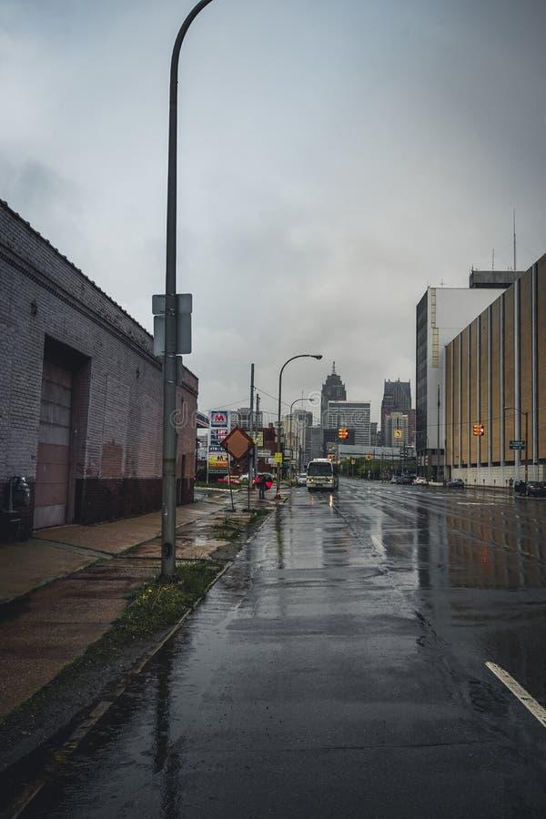 底特律,密执安,美国- 2018年3月09日:Trumpbull大道看法与看法todards街市底特律的 底特律 库存照片