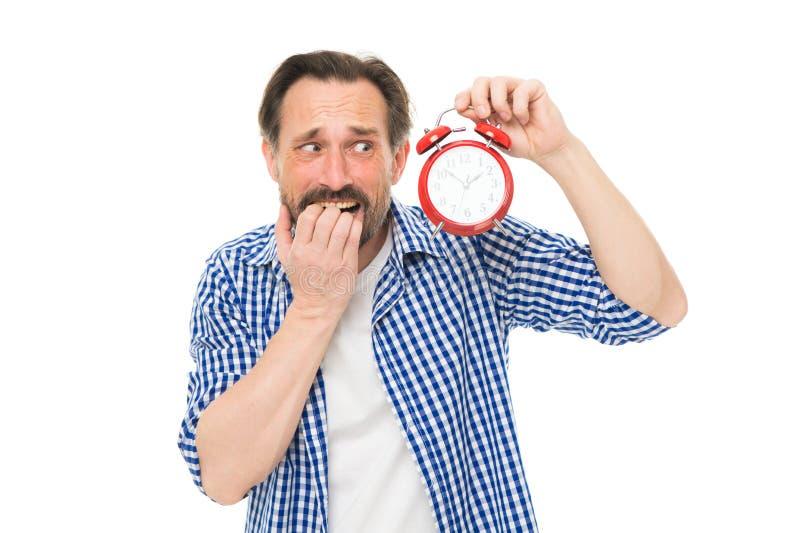 延迟 被注重的老人忧虑是在时间后 有时钟的有胡子的在面孔的人和重音 成熟计时员 免版税库存照片