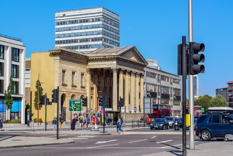 建筑学和双层汽车在伦敦街在一好日子 库存照片