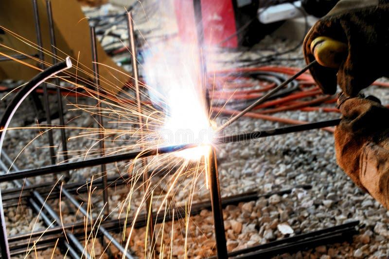 建筑的电弧焊接工作 免版税库存图片