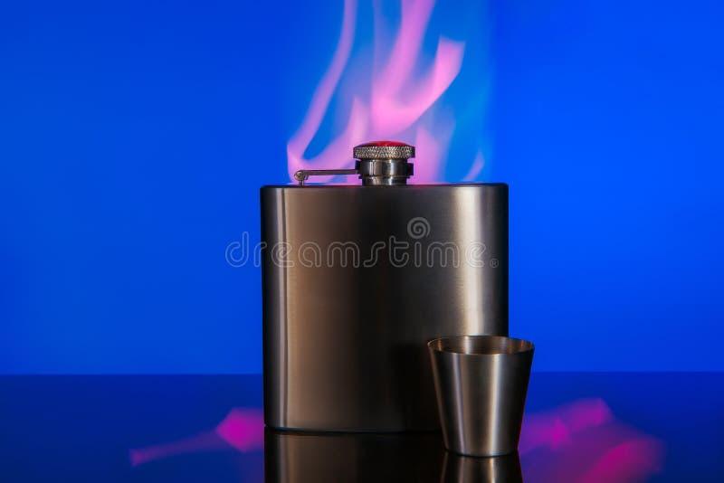 强的酒精饮料的金属烧瓶 免版税库存图片