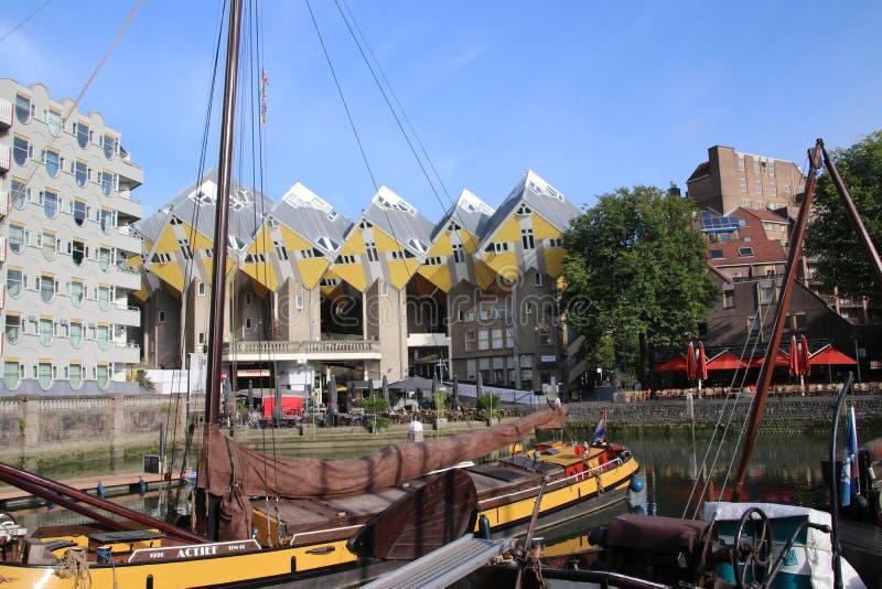 Żółci kubiczni mieszkanów domy przy Blaak z nowożytną architekturą w centrum Rotterdam stary schronienie w holandiach zdjęcie stock