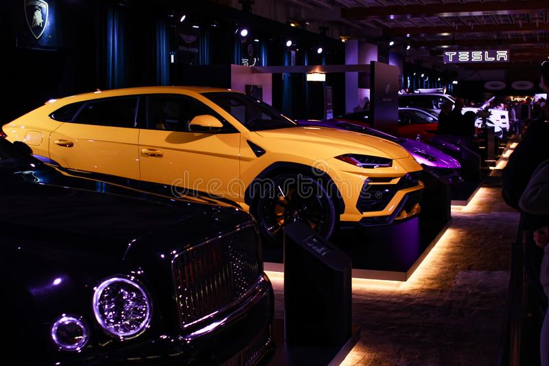 Żółty i purpurowy lamborghini na pokazie zarówno jak i czarny bentley obrazy stock