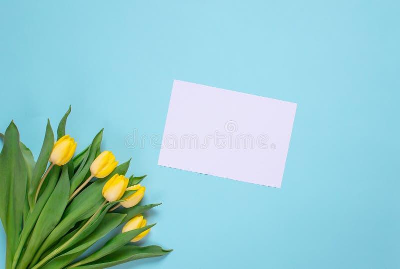 Żółty tulipanowy bukiet, błękitny tło, wiosna czas Wielkanocny dnia pojęcie zdjęcia stock
