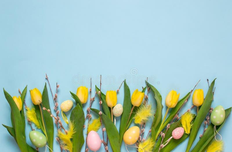 Żółty tulipanowy bukiet, błękitny tło, wiosna czas Wielkanocny dnia pojęcie obraz royalty free