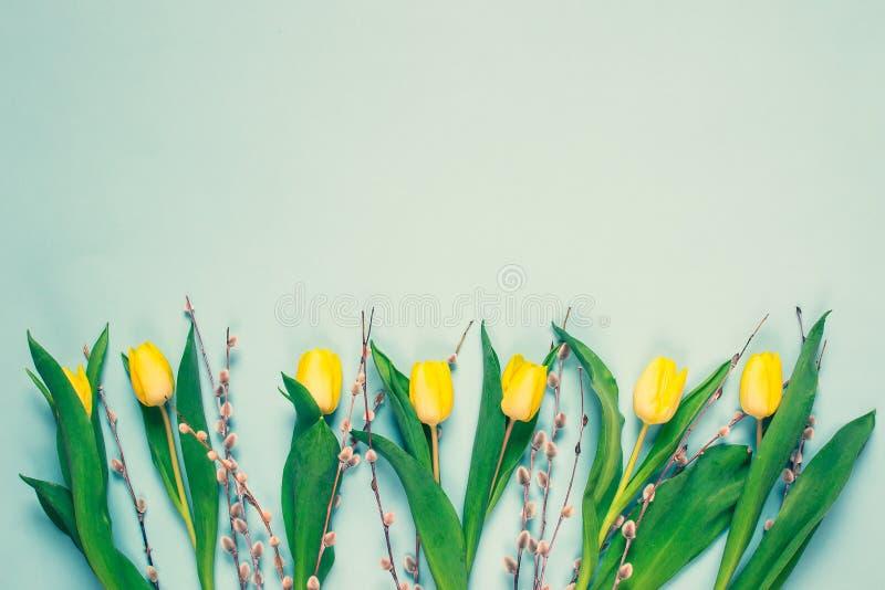 Żółty tulipanowy bukiet, błękitny tło, wiosna czas Wielkanocny dnia pojęcie obrazy royalty free