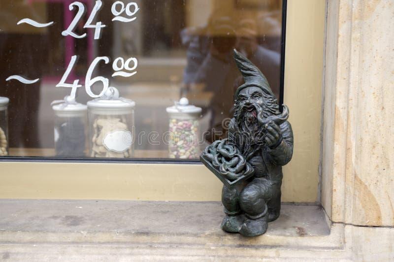 弗罗茨瓦夫/波兰- 2018年3月30日:在弗罗茨瓦夫街道街道的弗罗茨瓦夫krasnale现代美术小小雕象  免版税库存图片