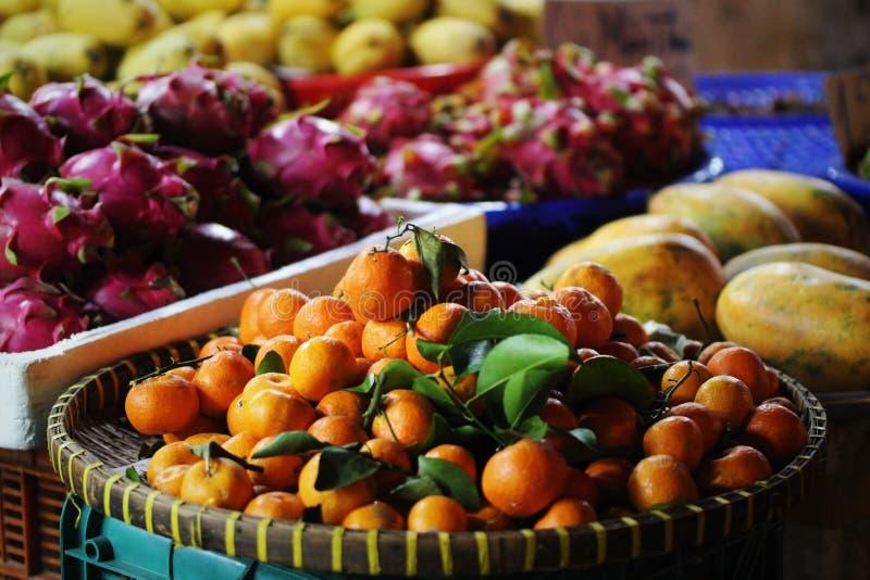 异乎寻常的水果市场龙果子,普通话,番木瓜 免版税库存照片
