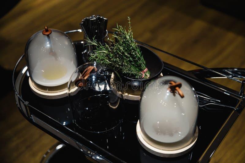 异乎寻常的食物degustated在豪华公司晚餐事件 图库摄影