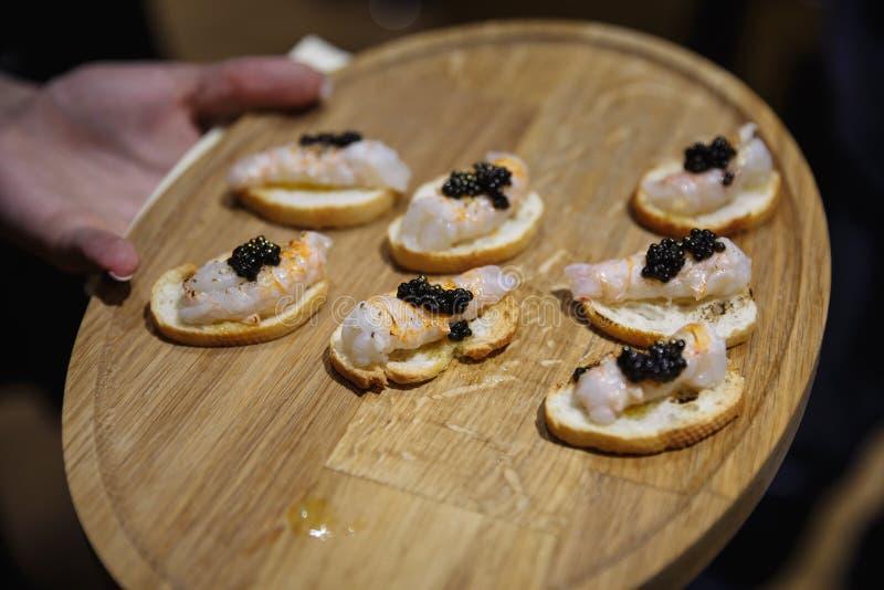 异乎寻常的食物degustated在豪华公司晚餐事件 库存照片