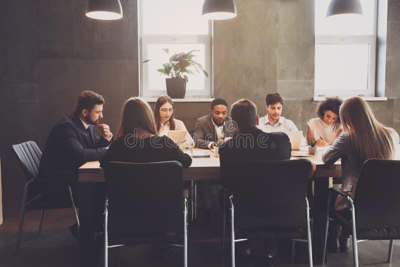 开公司业务的队会议,谈论项目计划 库存图片