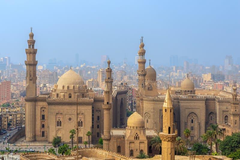 开罗市鸟瞰图从开罗大城堡区的有Al苏丹哈桑和Al里法伊清真寺的,开罗,埃及 库存照片