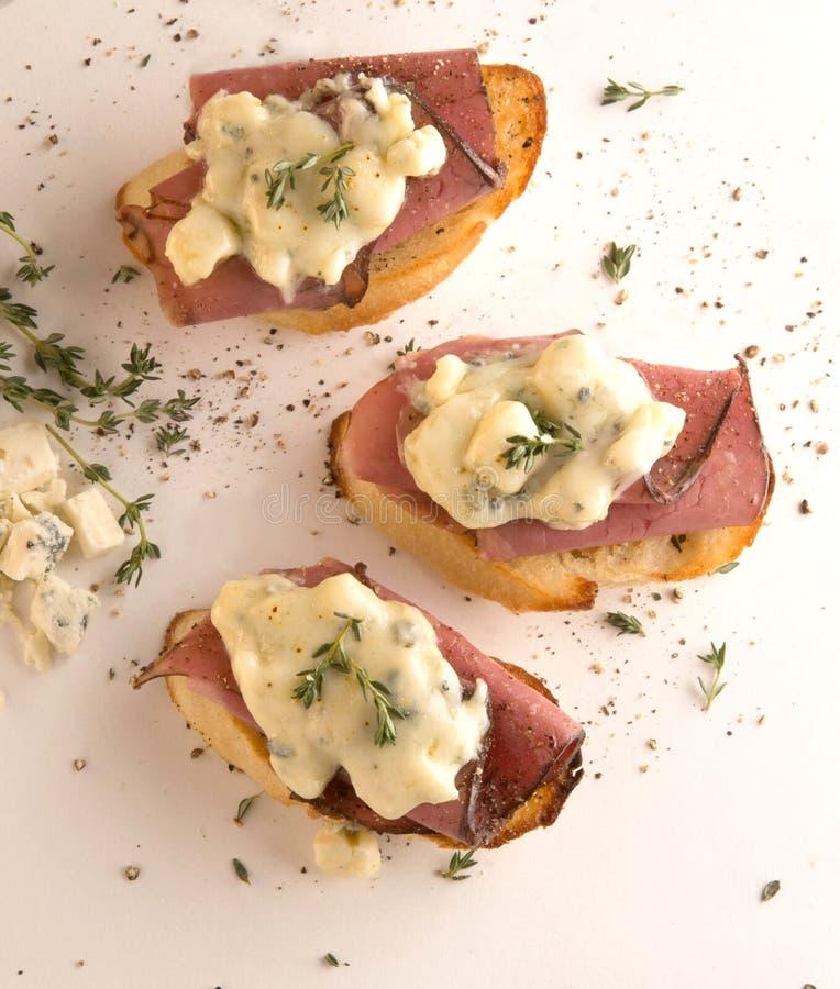 开胃菜crostini有烤牛肉和戈贡佐拉乳酪顶视图 免版税图库摄影