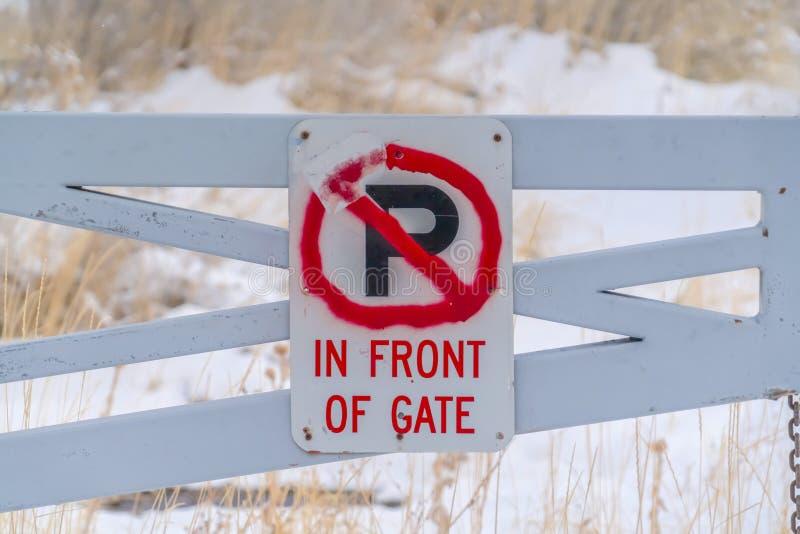 Żadny parking Przed brama znakiem przeglądać w zimie royalty ilustracja