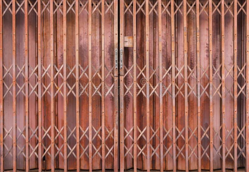 Żaluzja metalu drzwiowy stary, ośniedziały i Drzwi otwarci sklepowi budynki w przeszłości które mogą być otwarci lub zamknięci dl zdjęcia royalty free
