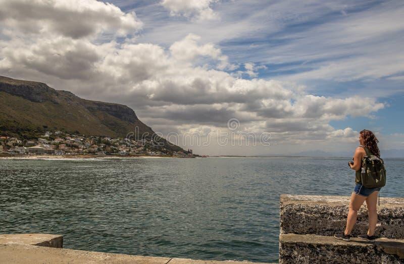 Żeńscy fotografów spojrzenia nad za oceanie zdjęcia royalty free