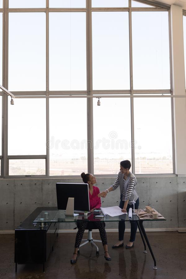 Żeńscy kierownictwa dyskutuje nad projektem przy biurkiem zdjęcia stock