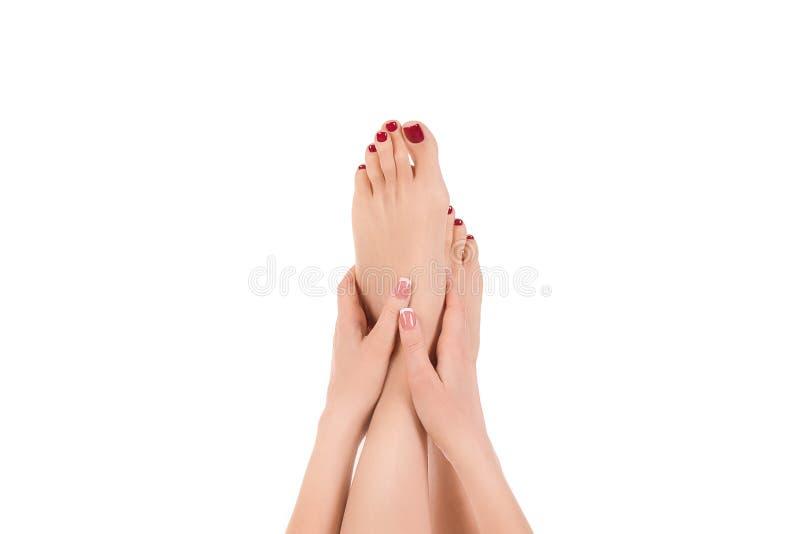 Żeńska naga stopa podnosi w górę, klasyczny czerwony pedicure, odizolowywający na bielu Dobrze przygotowywająca skóra Kobieta trz zdjęcia royalty free