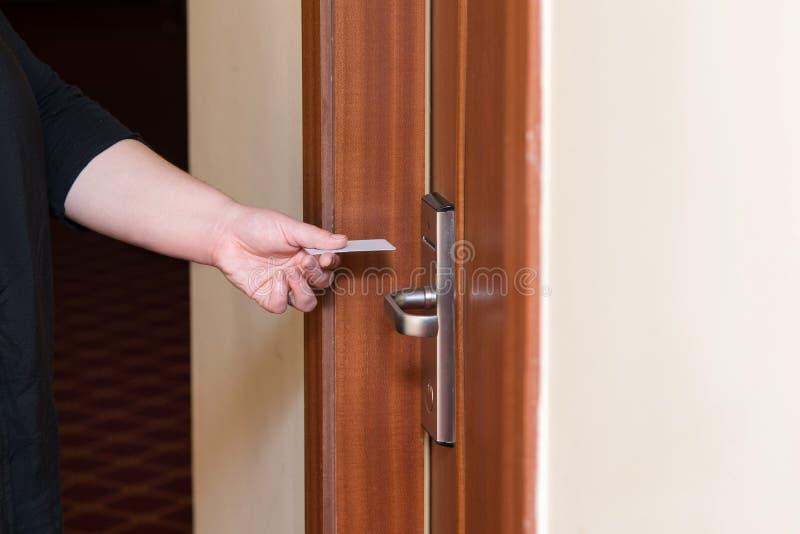 Żeńska ręka stawia kluczowej karty zmianę wewnątrz otwierać pokoju hotelowego drzwi zdjęcie royalty free