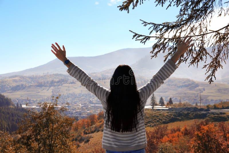 Żeński podróżnika uczucie uwalnia w górach zdjęcie royalty free