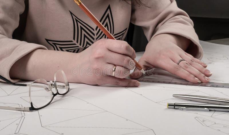 Żeński projektant robi pracującemu rysunkowi Miejsce pracy zabawkarski projektant Markiery, władca, pióro i ołówek, są na rysunku fotografia royalty free