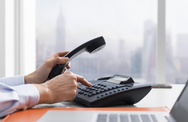 Żeński urzędnik robi rozmowie telefoniczej zdjęcie royalty free