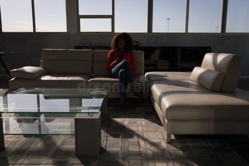 Żeński wykonawczy używa telefon komórkowy w biurze zdjęcie stock