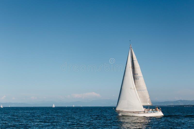 Żeglować na morzu pod jasnym niebieskim niebem obraz royalty free