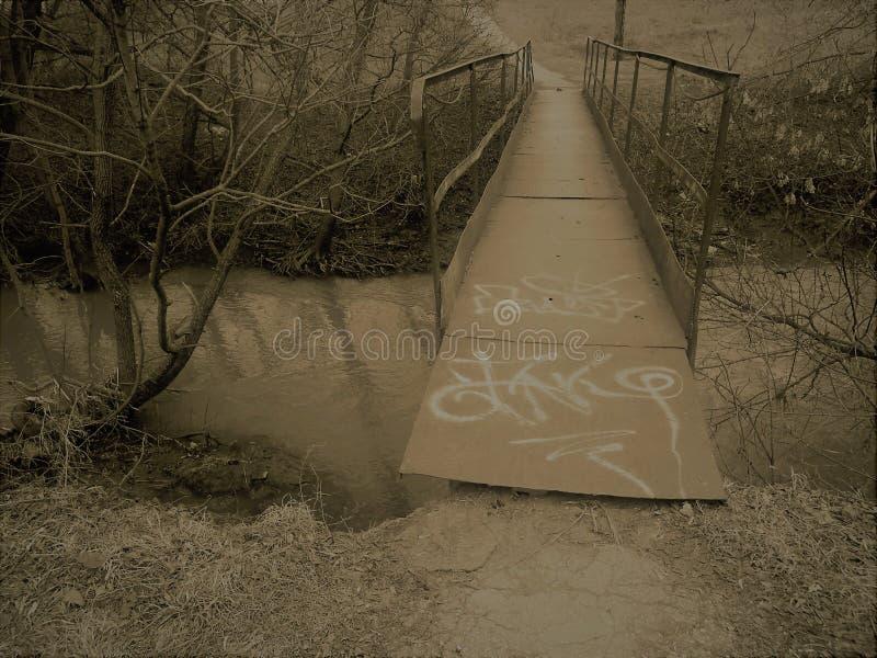 Żelazny brige nad małą rzeką obraz stock