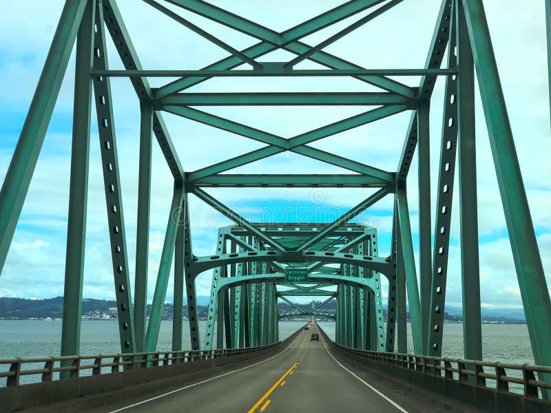 Żelazny most nad Kolumbia rzeką przy Astoria Oregon obrazy royalty free