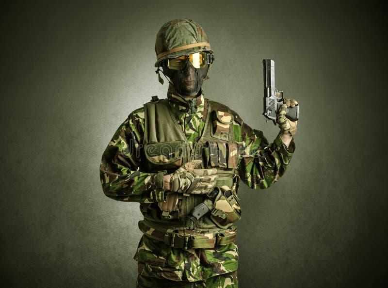 Żołnierza agent w ciemnej przestrzeni z rękami zdjęcie royalty free