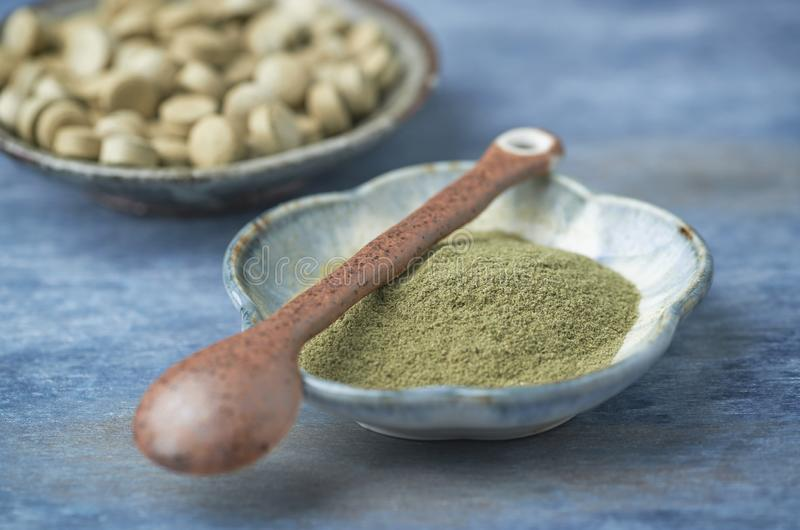 Życiorys Zielony JĘCZMIENNEJ trawy proszek i pastylki Pojęcie dla zdrowego żywienioniowego supplementation obraz stock