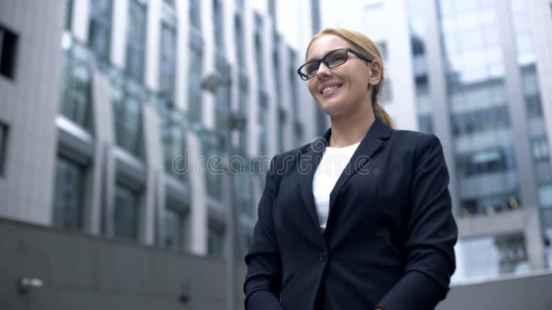 Życzliwa kobieta w kostiumu spotyka cudzoziemskich partnerów biznesowych, tłumacza lub gospodyni domu, zdjęcia royalty free