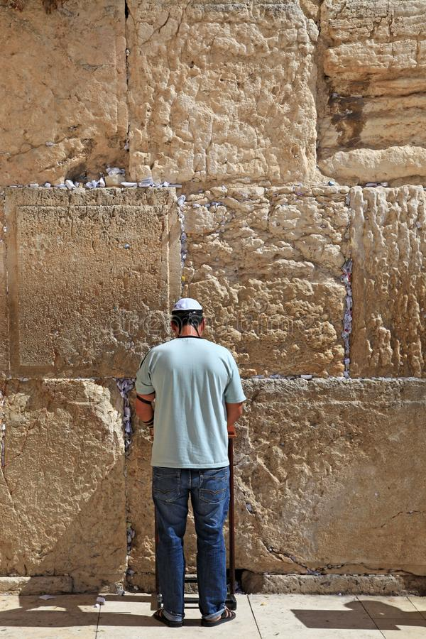 Żydowski mężczyzna ubierający w przypadkowej nowożytnej odzieży ono modli się przy Zachodnią ścianą zdjęcia royalty free