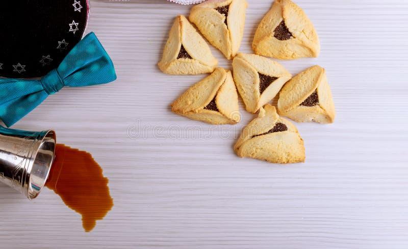 Żydowski wakacyjny Purim z karnawał maską i hamantaschen ciastka czerwonego koszernego wino obraz royalty free