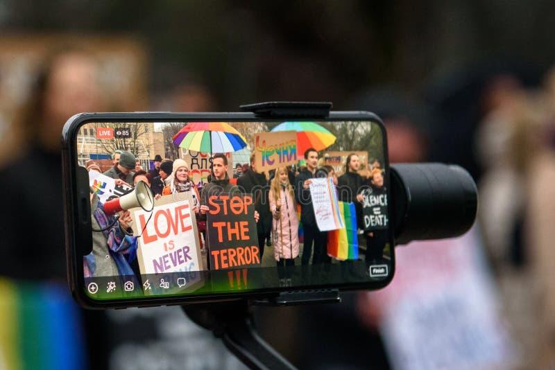 Żyje strumienia przy mądrze telefonem, podczas Protestacyjnej akcji pokazywać solidarność z Chechnya's LGBT obraz stock