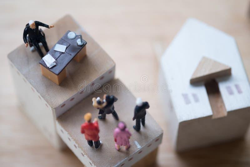 微型人民:律师或财政顾问保险经纪人或者银行工作者 库存照片