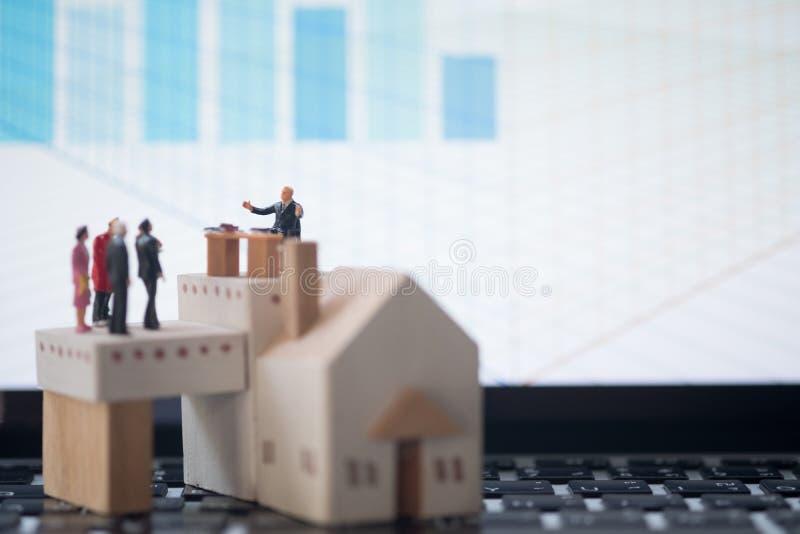 微型人民:律师或财政顾问保险经纪人或者银行工作者 免版税库存照片