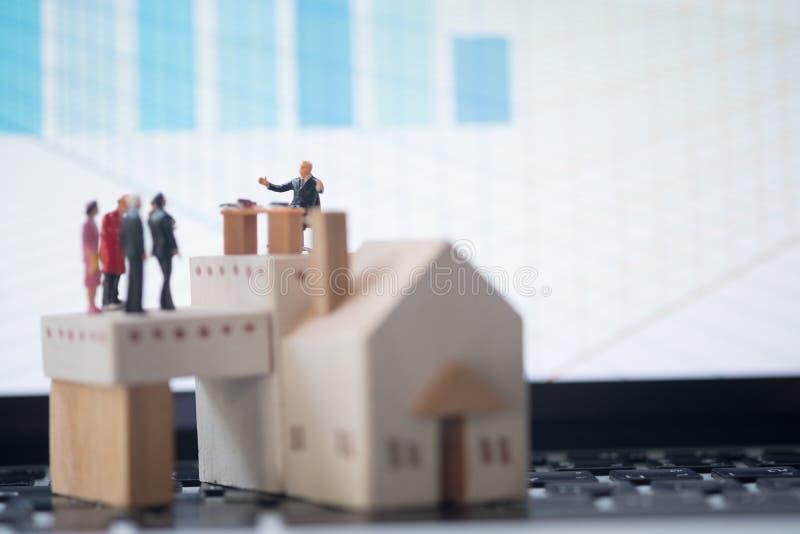 微型人民:律师或财政顾问保险经纪人或者银行工作者 免版税库存图片