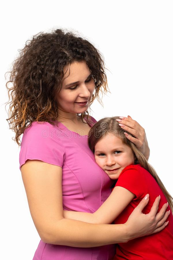 微笑女孩演播室的射击,当紧紧时拥抱她的妈妈 库存图片