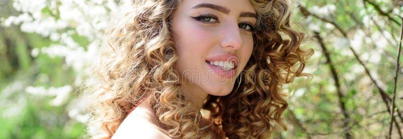 微笑的妇女 自然幸福、乐趣和和谐 户外画象美好女孩笑 免版税库存照片