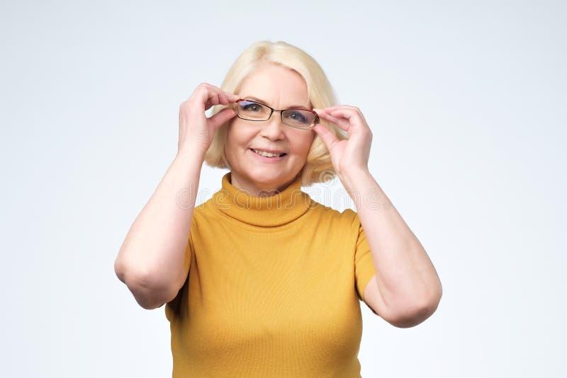 微笑的有吸引力的资深女实业家戴着眼镜顶头射击 库存照片