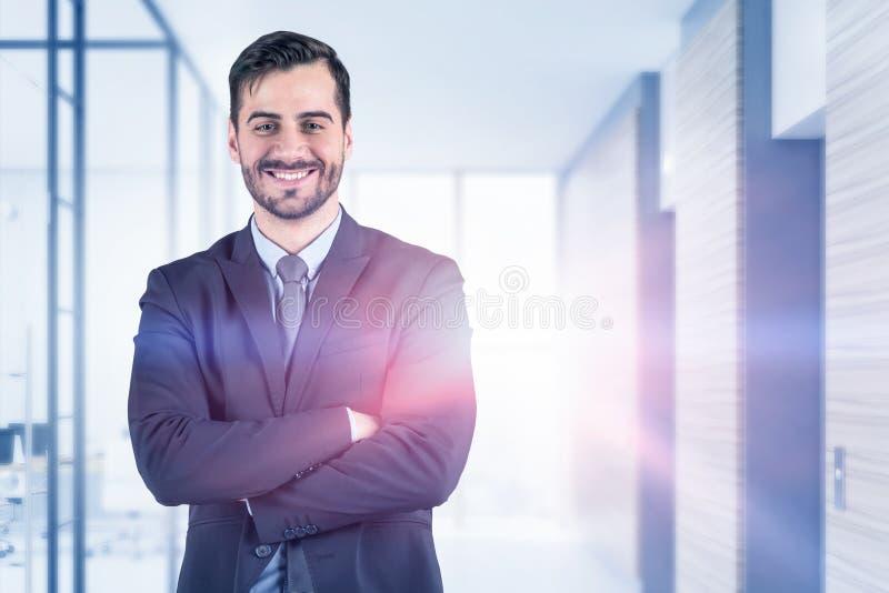 微笑的确信的商人在办公室 库存图片