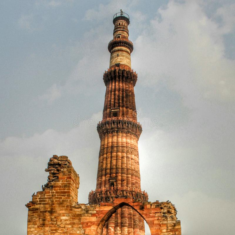 德里,印度- 2019年3月7日,Qutub Minar,构成Qutab复合体的部分的尖塔的联合国科教文组织世界遗产名录站点 免版税库存照片