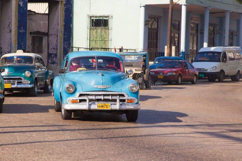 很多减速火箭的汽车出租汽车在哈瓦那  Serrra老区  库存图片
