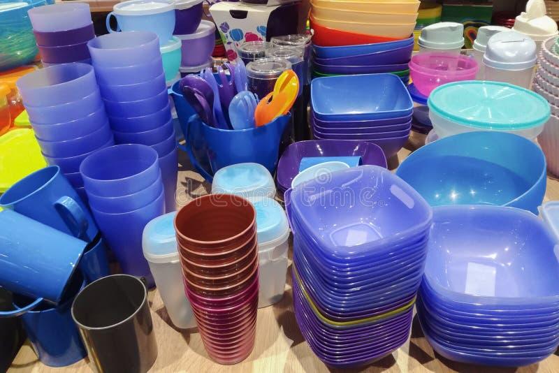 很多蓝色明亮的塑料板材、盖帽和箱子厨具在桌上 图库摄影