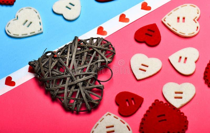 心脏充满爱 浪漫问候 情人节心脏背景 日重点例证查出爱言情s华伦泰白色 被称呼的最小 图库摄影
