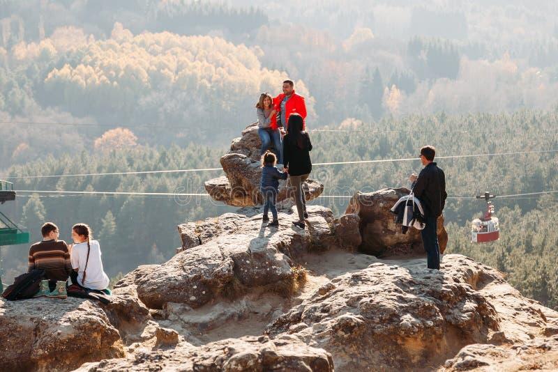 基兹洛沃茨克,斯塔夫罗波尔疆土/俄罗斯- 2018年11月4日:小组在山顶部的游人 免版税库存图片