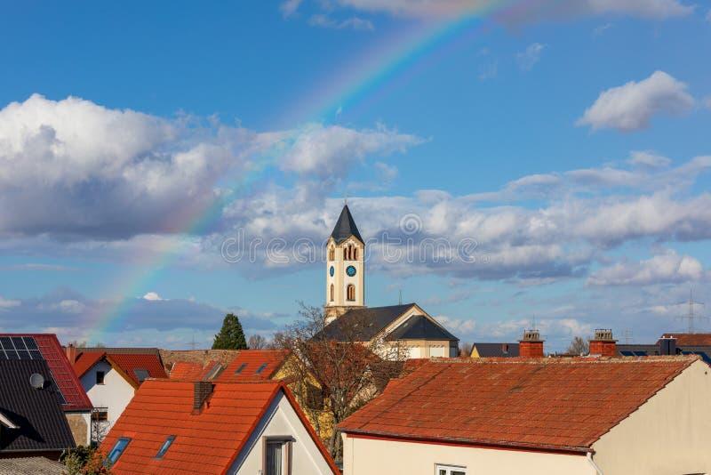 基督教会在彩虹背景中在弗兰肯塔尔德国 图库摄影