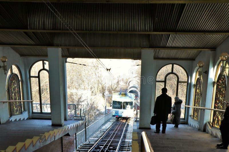 基辅缆索铁路导致的看法从小山河边区 免版税库存照片